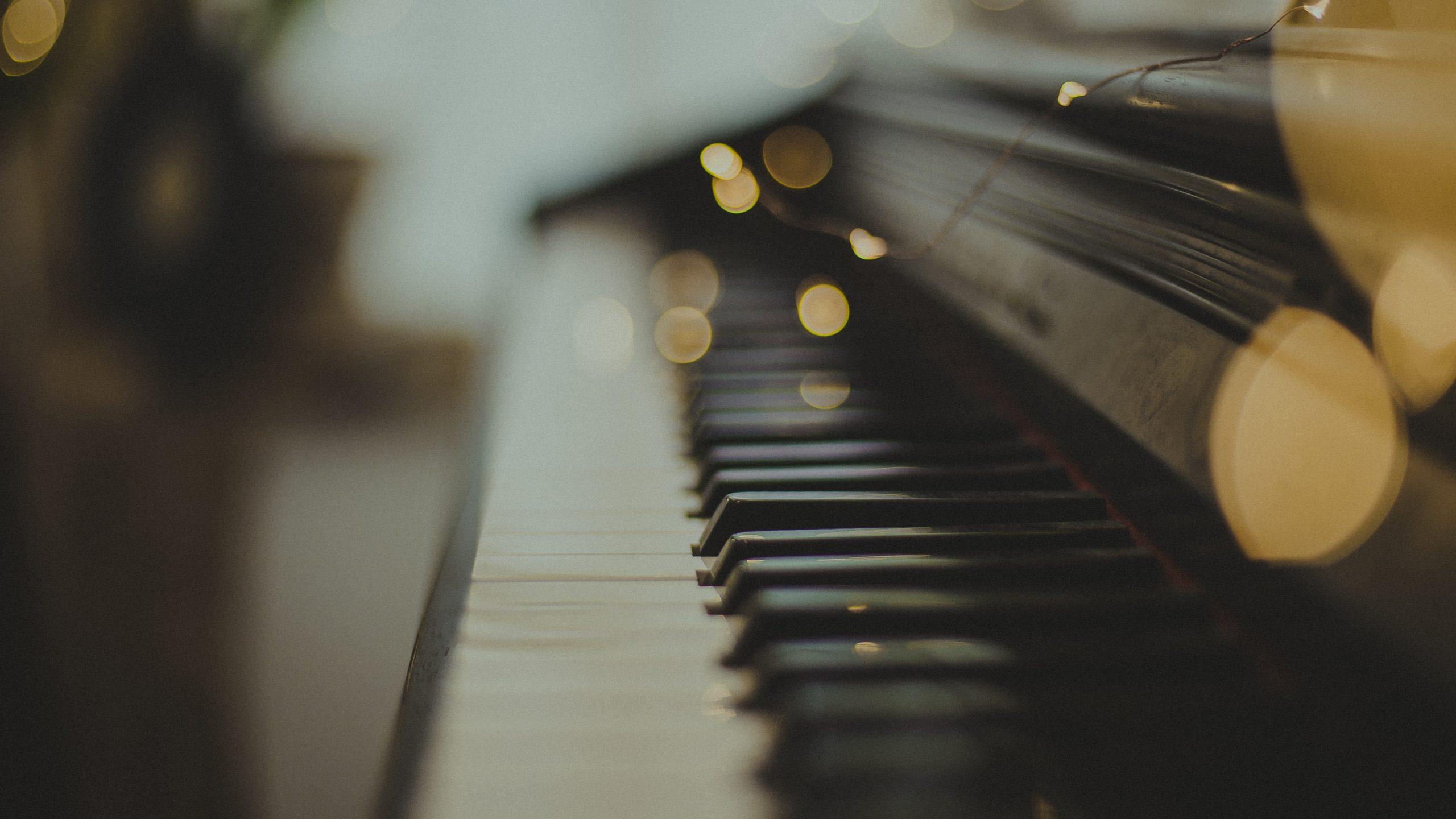 Jak Grać Kolędy Na Pianinie i Robić To Przepięknie – Nawet BEZ ZNAJOMOŚCI NUT!